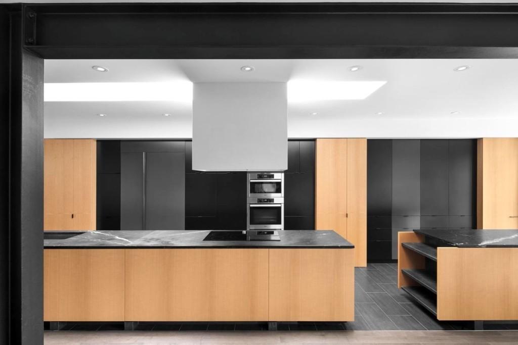 Оригинальная кухня-кабинет. Большая рабочая зона