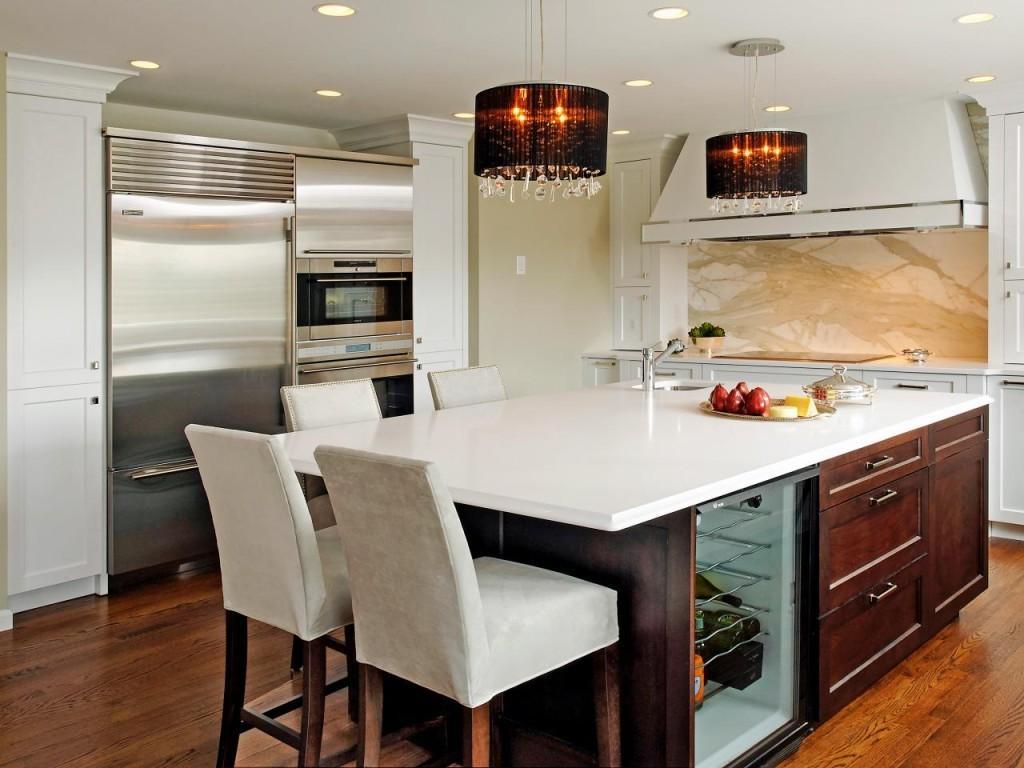 Интерьер кухни с островком-столом