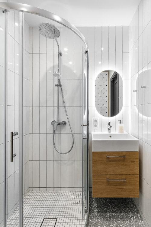 Белая глянцевая поверхность стен отражает свет, расширяет объём.