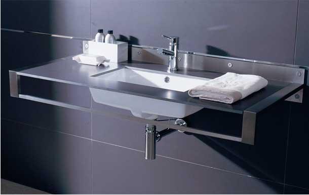 Чёткие геометрические формы делают стиль высоких технологий узнаваемым даже в ванной.