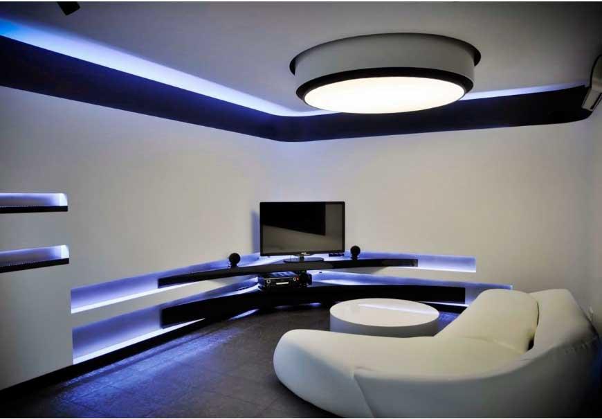 Диодная подсветка создаёт эффект парящего потолка.