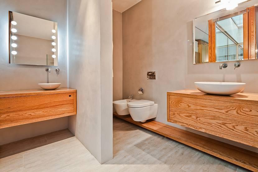 Мебель в ванной из натурального дерева.