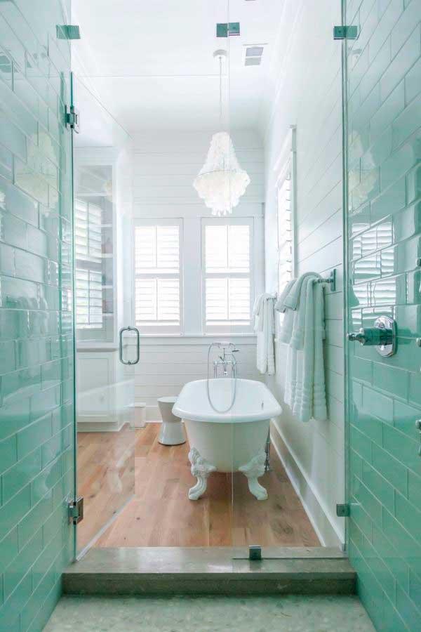 Палитра белого в ванне смотрится идеально