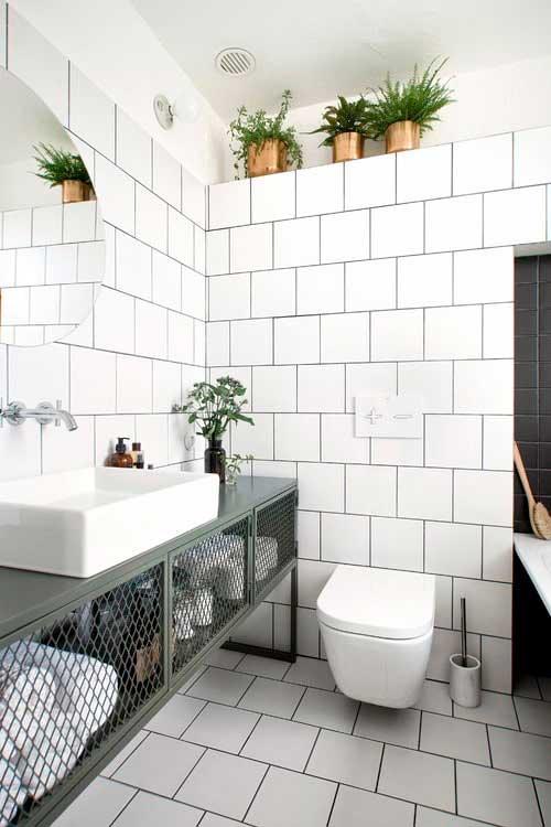 Плитка и пол под кирпичную стену, металлический шкаф подчёркивают стиль лофт.