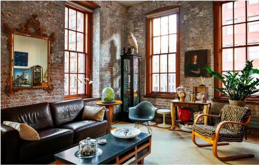 Кожаный диван и винтажные кресла отлично дополняют друг друга.