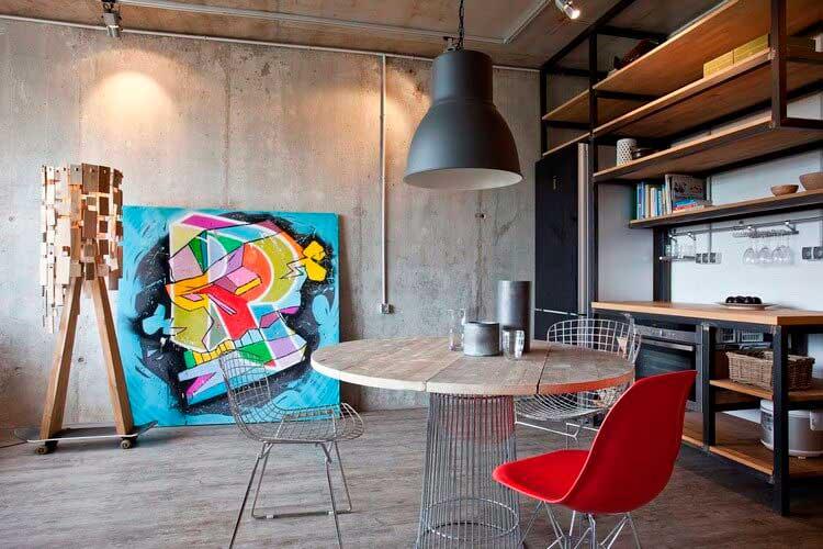 Среди голых бетонных стен можно создать творческий уголок вместе с домашним уютом