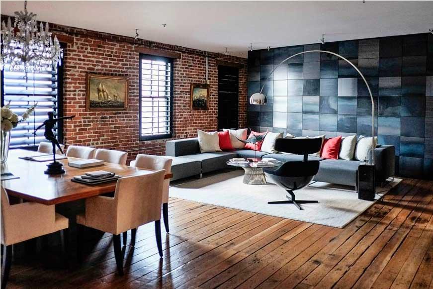 Участки стен с разной отделкой выделяют в помещении зоны столовой и гостиной.
