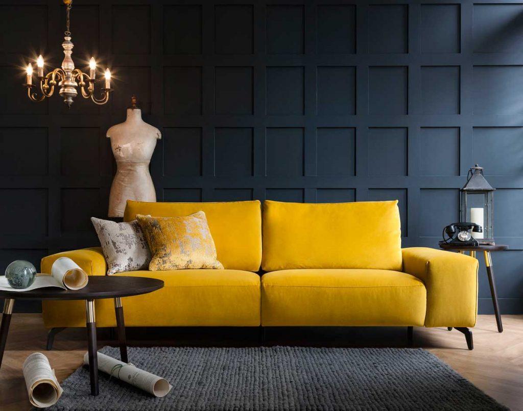 Желтый диван в темной гостиной