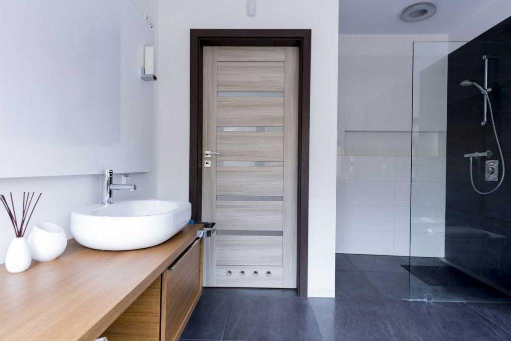 Дверь с нижней вентиляцией в ванную комнату