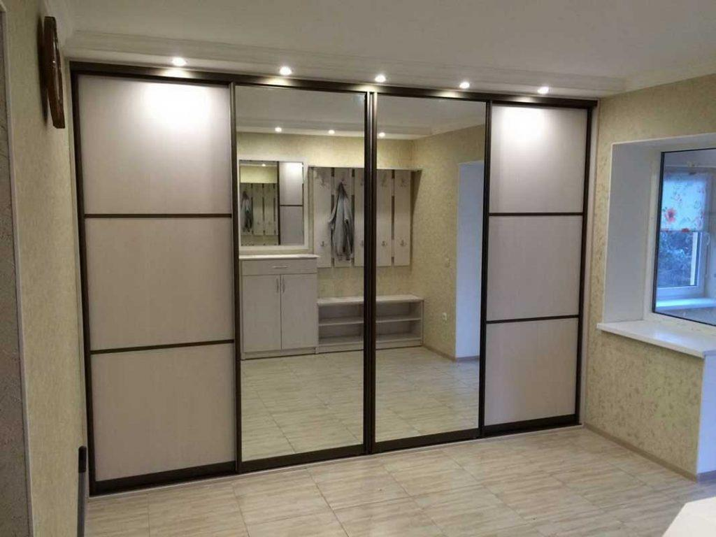 Шкаф-купе с зеркальными дверями в прихожую