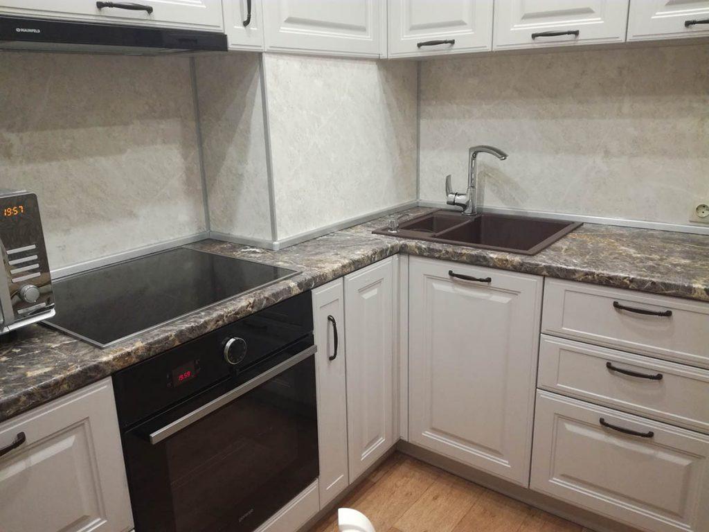 Угловая кухня с вентиляционным коробом, выступом