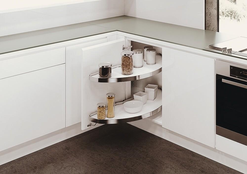 Выдвижные ящики в углу кухонного гарнитура