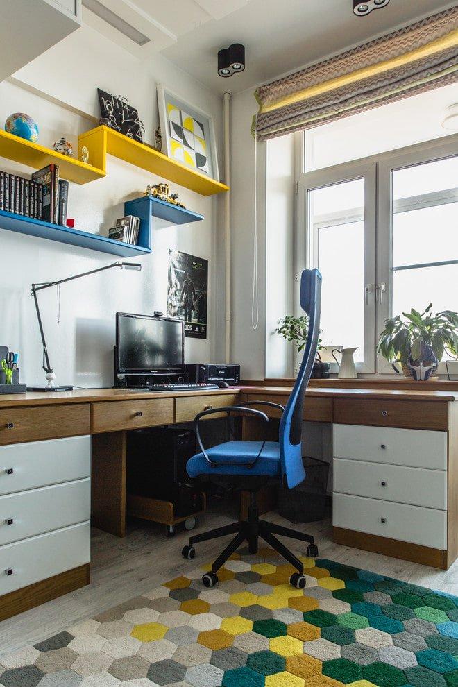 Рабочий стол у окна для школьника